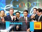 Larry Page (giữa) rung chuông khai trương phiên giao dịch chứng khoán NASDAQ khi cổ phần hóa